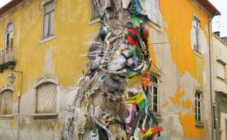 Una bellissima opera di street art realizzata con materiali raccolti tra i rifiuti