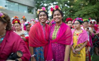 In 5000 si vestono come Frida Kahlo per festeggiare il 110° compleanno dell'artista messicana