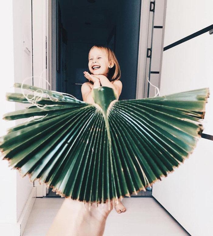 Mamma e figlia realizzano una sfilata di abiti molto creativi