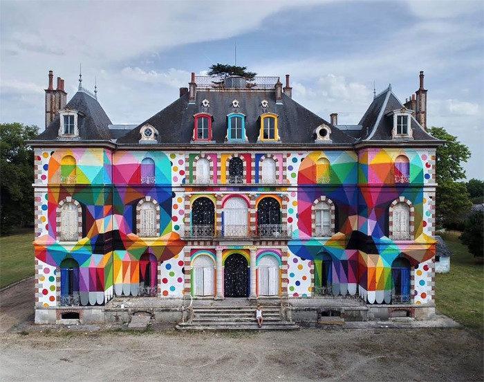 La facciata di un castello del 19° secolo completamente rinnovata dalla street art