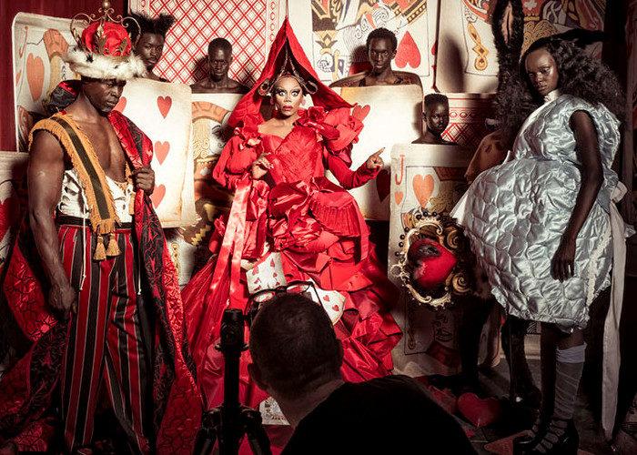 Il calendario Pirelli 2018 renterpreta Alice nel paese delle meraviglie, con Naomi Campbell e Whoopi Goldberg