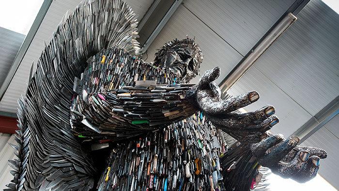 Un angelo di 8 metri fatto di coltelli utilizzati in crimini violenti