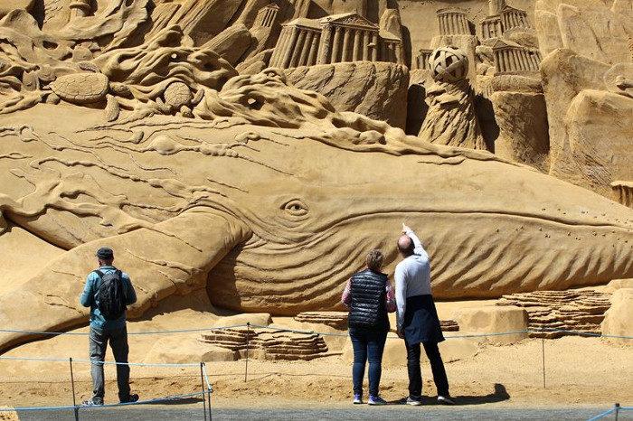 Un muro lungo 200 metri e alto 7, fatto di sculture di sabbia tridimensionali, in Danimarca