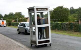 Artista realizza letteralmente un mobile phone...una cabina telefonica con le ruote