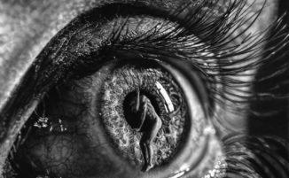 Elementi surreali e dettagli iperrealisti nei bellissimi disegni a matita di Jono Dry