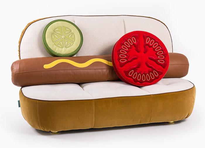 Presentati poltrona e divano a forma di hot dog e hamburger ad una fiera di design di Parigi