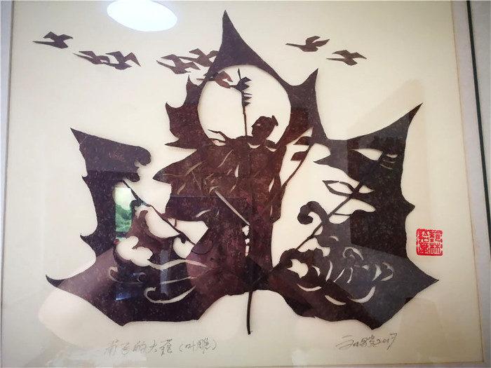 Le foglie cadute diventano opere d'arte tra le mani di un artista cinese