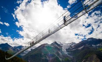 Il ponte pedonale sospeso più lungo al mondo apre in Svizzera