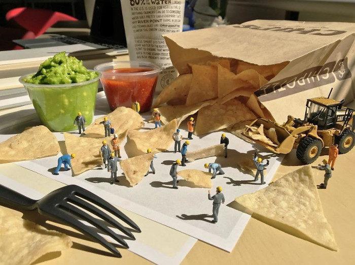 Si annoia in ufficio così mette in scena piccoli mondi in miniatura