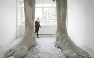 Due piedi giganti sfondano il soffitto di una banca tedesca abbandonata