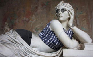 Fotografo veste sculture classiche come hipster