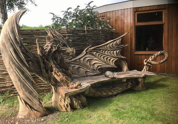 Artista estone utilizza motosega per scolpire un'impressionante drago/panchina