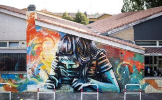 Una bambina che scrive ricopre il muro di una scuola a Casal Bernocchi, omaggio ad una poetessa morta giovanissima