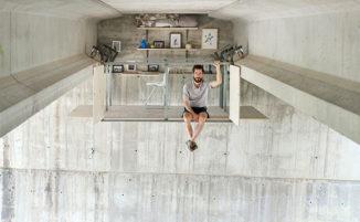 Uno studio segreto sospeso sotto un trafficato ponte spagnolo