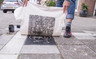 Capi di abbigliamento stampati direttamente sui tombini delle città europee