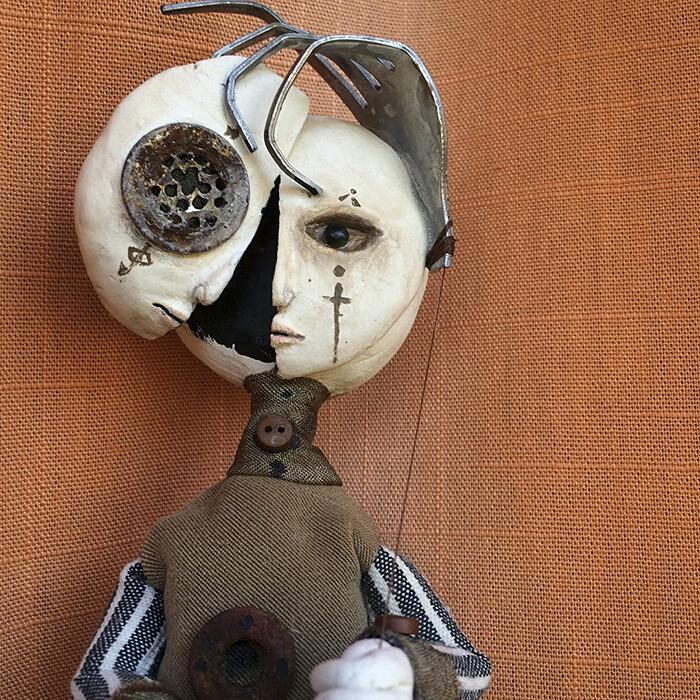 Artista di 12 anni crea bambole dark con materiali riciclati