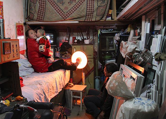 Casa e lavoro: le claustrofobiche case di Pechino fotografate da Alina Fedorenko