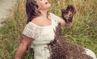 Donna incinta posa con 20.000 api posate sul pancione
