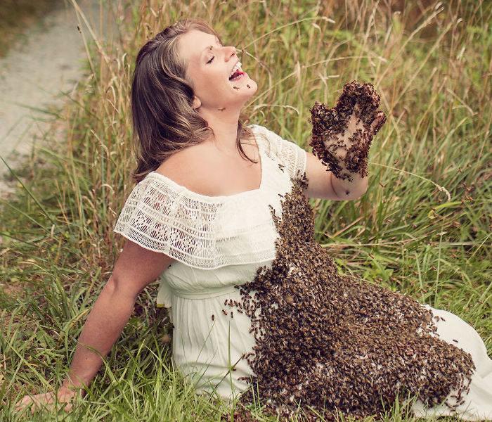 """Incinta e """"assalita"""" da uno sciame d'api: la storia di Emily sconvolge il web"""