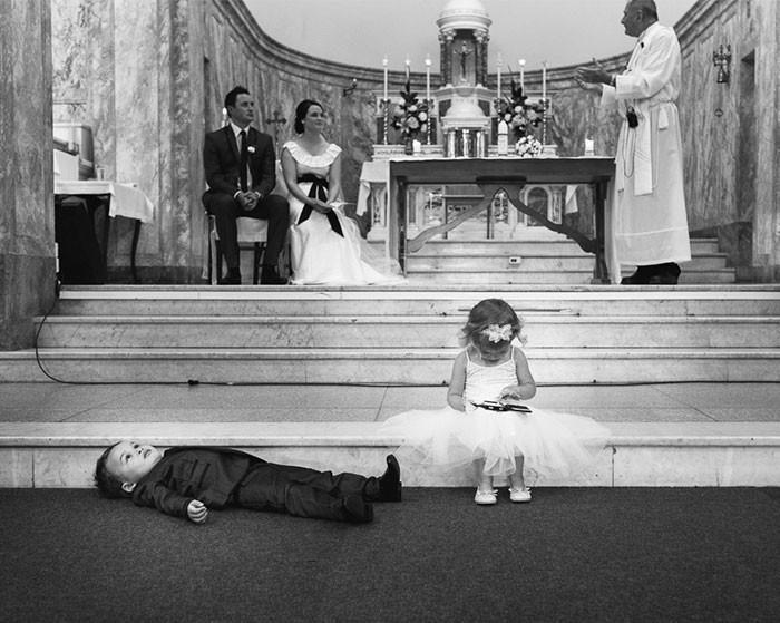 Ecco cosa fanno i bambini ai matrimoni: 30 divertenti immagini