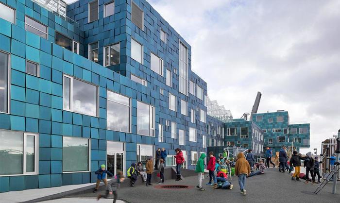 Scuola di Copenaghen ricoperta da 12.000 pannelli solari verde mare, in omaggio alla Sirenetta