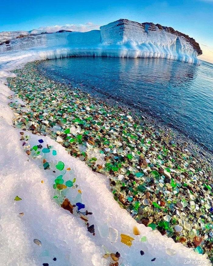 La spiaggia di vetro in Russia: quando la natura trasforma l'inquinamento in una meraviglia