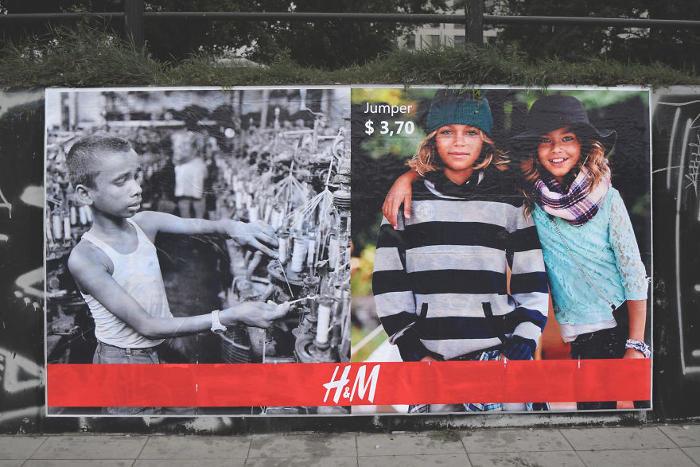 Cartelloni pubblicitari mostrano lo sfruttamento dei lavoratori nell'industria della moda