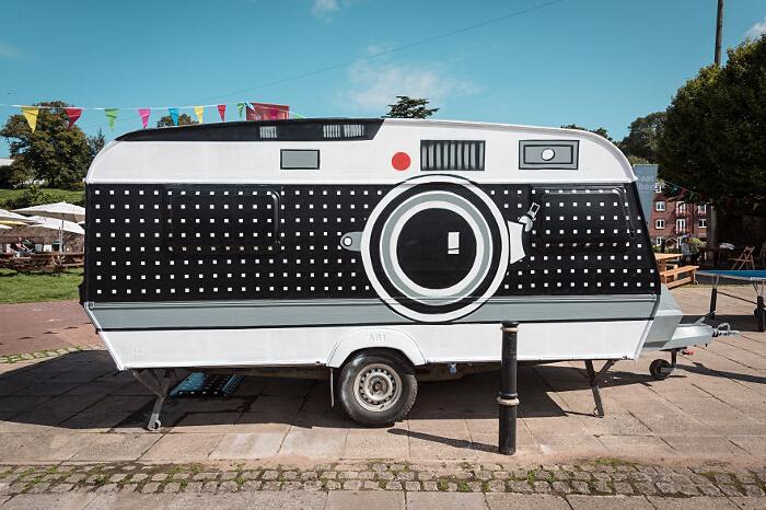 Roulotte Macchina Fotografica Gigante Caravan Camera Brendan Barry