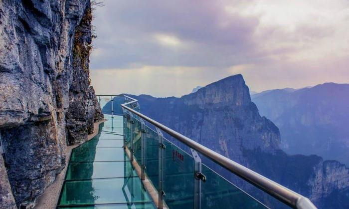 Una terrificante passerella di vetro a 3.800 metri di altezza che si