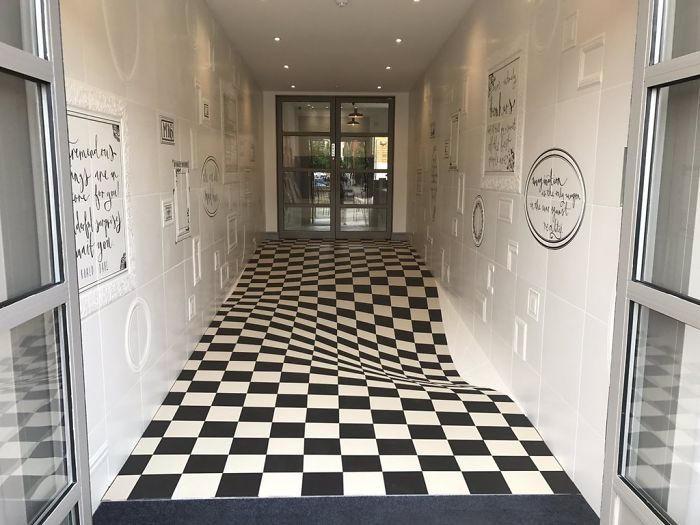 Sembra un pavimento ondulato, invece è un'incredibile illusione ottica