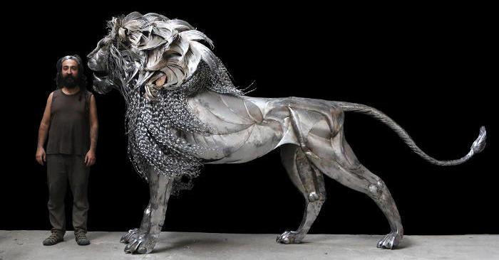 Un maestoso leone in acciaio martellato