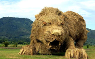 Enormi sculture di animali al festival della paglia giapponese