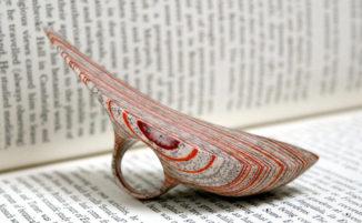 Artista realizza incredibili gioielli utilizzando vecchi libri