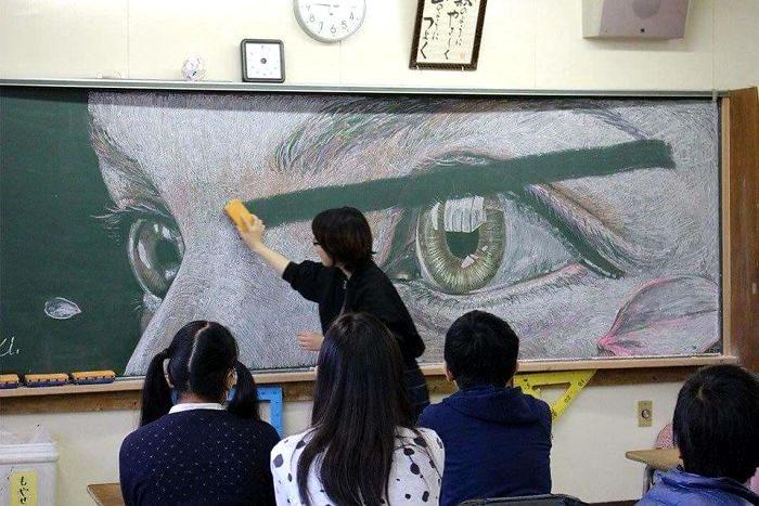 Studenti di una scuola cinese realizzano incredibili disegni sulla lavagna