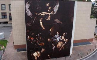 Un bellissimo murale alto 9 metri riproduce uno dei capolavori di Caravaggio, a Roma