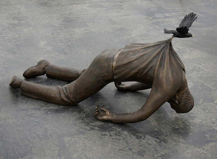 Potenti sculture in bronzo raccontano la storia di migranti europei alla ricerca dell'Eden