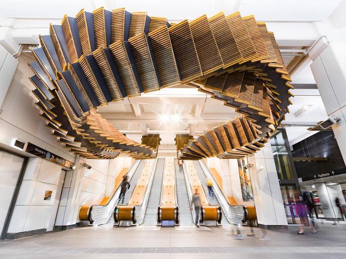Scale mobili di legno vecchie di 80 anni vengono utilizzate in una incredibile installazione nella metro di Sydney