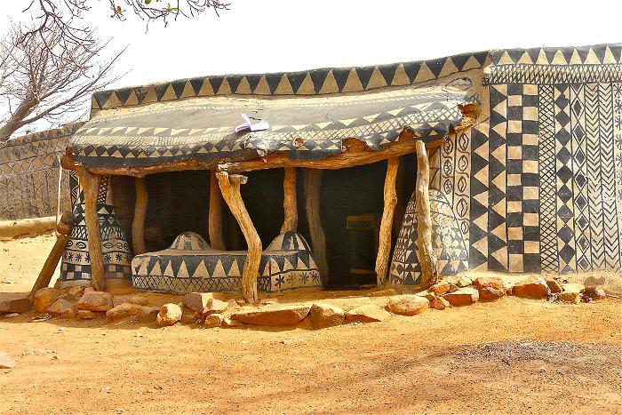 Fotografa entra in un tradizionale villaggio africano e scopre che ogni casa è un'opera d'arte