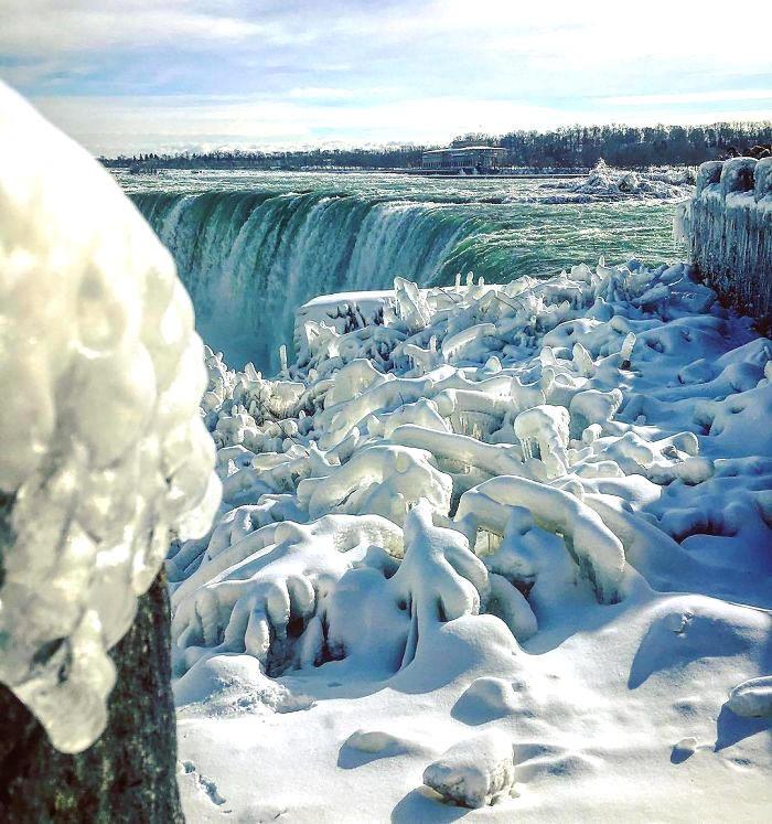 Le cascate del Niagara che congelano a causa dell'ondata di freddo che sta colpendo gli Stati Uniti
