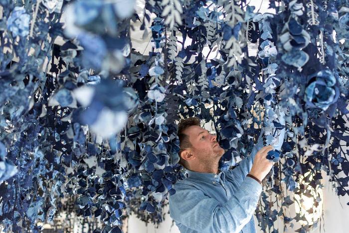 Artista realizza un intero giardino con ritagli di jeans