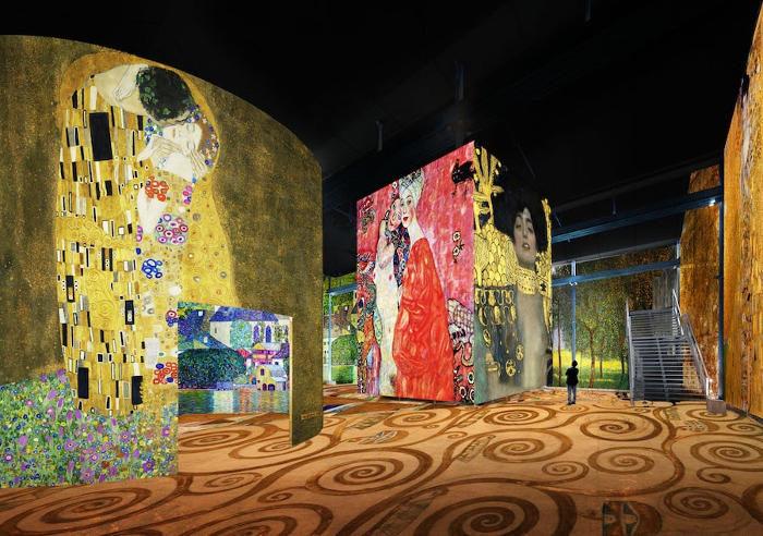 Una fonderia vuota si trasforma nel paese delle meraviglie grazie ai dipinti di Klimt