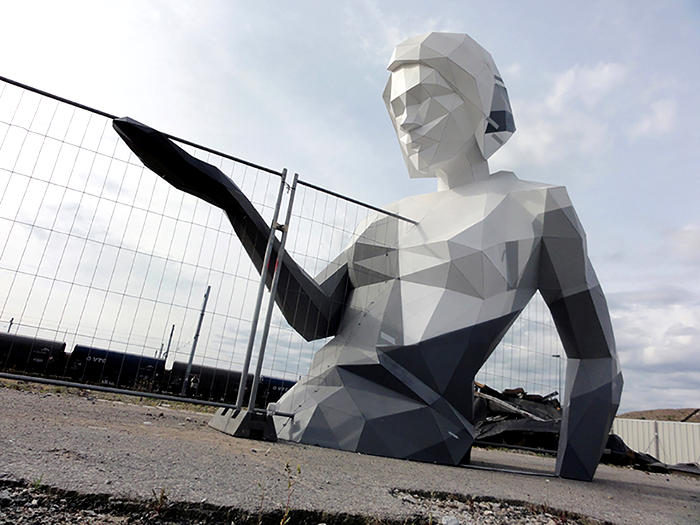 Una gigantesca scultura di donna ci ricorda che l'arte è effimera