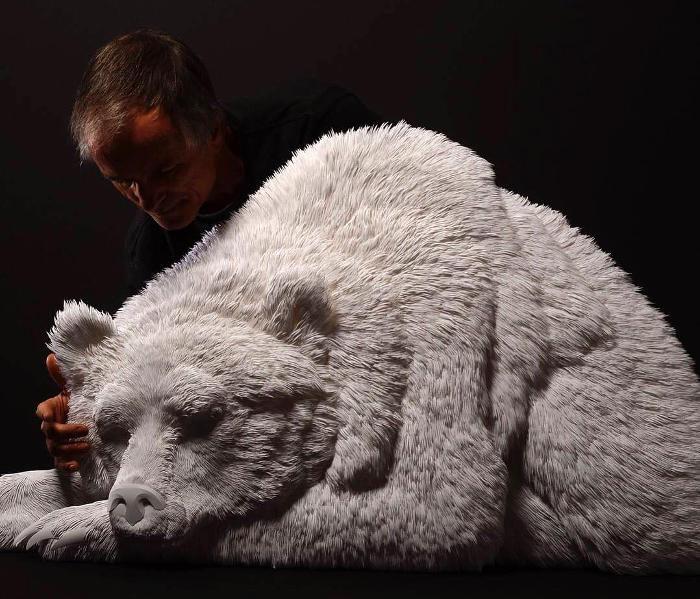 Dettagliate sculture di animali realizzate con strati di carta