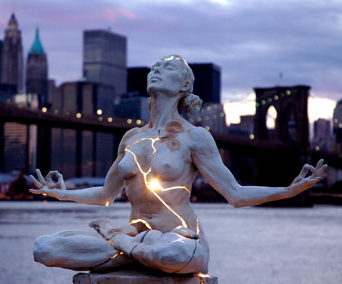 Potenti sculture in bronzo attraversate da vera elettricità