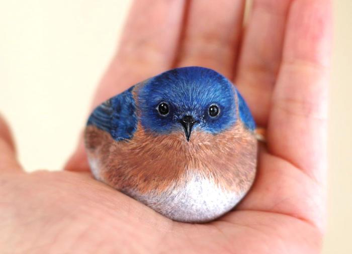Artista trasforma pietre in piccoli e