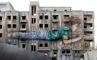 Un enorme murale simbolo di speranza e ricostruzione in un luogo devastato dalla guerra