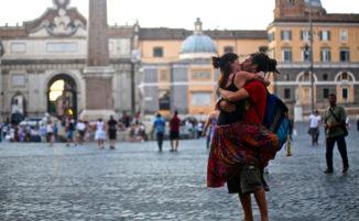 Fotografo cattura coppie che si baciano in pubblico in tutto il mondo