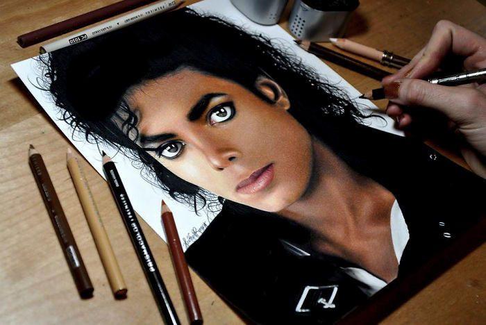Artista disegna ritratti realistici che sembrano fotografie usando matite colorate