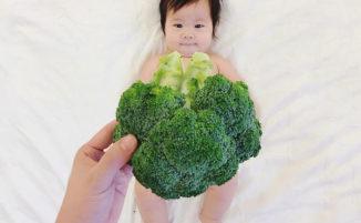 Mamma realizza simpatiche foto della figlia vestita solo di cibo