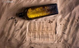 Donna trova in spiaggia una bottiglia con il messaggio più antico del mondo